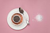 Verschiedene Salzsorten auf rosa Hintergrund