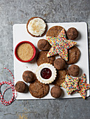 Verschiedene Weihnachtsplätzchen, Pralinen und brauner Zucker