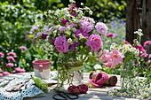 Strauß aus Rosen, Feinstrahlaster, Nelken-Leimkraut, Gierschblüten und Ranke von Klettergurke