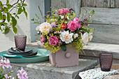 Sommerstrauß aus Rosen, Frauenmantel, Oregano, Geißraute und Prachtkerze
