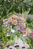 Hängende Sträuße aus Rosen und Staudenwicken