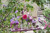 Kleine Sträuße aus Rosen, Storchschnabel, Flammenblume, Ziest, Prachtkerze und Malve als hängende Deko