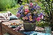 Üppiger Sommerstrauß aus aus Rosen, Storchschnabel, Glockenblumen, Spornblumen, Kugeldistel und Oreganoblüten