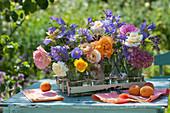 Kleine Blumensträuße aus Rosen, Storchschnabel, Glockenblumen, Spornblumen und Oreganoblüte