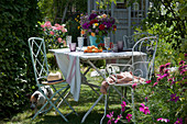 Bunter Sommerstrauß aus Rosen, Flammenblumen, Oregano, Schafgarbe und Färberkamille als Tischdeko, Hund Zula