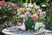 Üppiger Strauß aus Rosen und Wiesenblumen