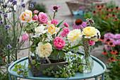 Kleine Sträuße aus Rosen, Scheinsonnenhut, Wiesenkümmel, Oregano und grünen Stachelbeeren