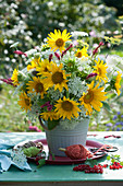 Üppiger Strauß aus Sonnenblumen, Wiesenkerbel, wilder Möhre und Knöterich