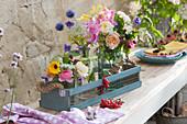 Sommersträuße mit Rosen, Gladiolen, Kugeldisteln, Brombeere, Ringelblume, Fenchelblüten, wilde Möhre und Waldrebe