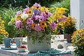 Bunter Sommerstrauß aus Sonnenhut, Goldrute, Flammenblume, Hortensie, Witwenblume und Waldrebe