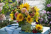 Strauß aus Sonnenblumen, Dahlien, Fenchelblüten, Schneeballbeeren und Brombeeren