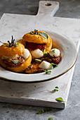 Gebackene gefüllte Tomaten mit Mozzarella und Basilikum