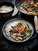 Scharf-saure Pilzpfanne mit Sesam und Reis