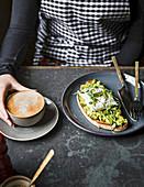 Belegtes Brot und Kaffee im Restaurant