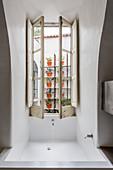 Eingebaute Badewanne unterm Flügelfenster im mediterranen Bad