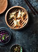 Chinesische Dumplings im Dampfkorb