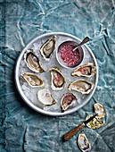 Austern auf Eis mit pikanter Sauce