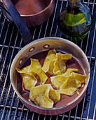 Ravioli mit Olivenöl im Kochtopf