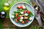 Grüner Spargelsalat mit Erdbeeren und Bocconcini
