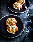Egg Royale (Brötchen mit Räucherlachs und pochiertem Ei) mit Yuzu Hollandaise