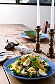 Kartoffel-Broccoli-Salat mit hartgekochten Eiern