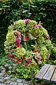 Herbstlicher Kranz mit Fetthenne, Hortensie, Fenchel, Rosenblüten und Hagebutten