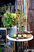Herbststrauß mit Hortensie, Hopfenranken und wilder Karde