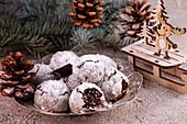 Mandel-Schoko-Snowball Cookies