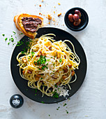 Spaghetti carbonara and crostini with olive cream