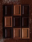 Helle und dunkle Schokoladenstücke