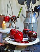 Selbstgemachte Karamelläpfel zu Halloween