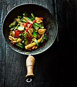 Pfannengebratene Ingwerhähnchen mit Brokkoli, Maiskölbchen und Paprika