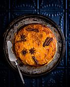 Gestürzter Orangenkuchen mit Sternanis und Zimtstangen