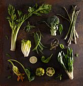 Stilleben mit grünem Gemüse auf Metalluntergrund