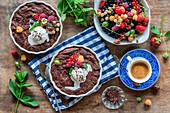 Warmer Schokoladenkuchen mit gemischten Sommerbeeren und Eis