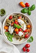 Bandnudeln mit Tomaten, Burrata und Basilikum