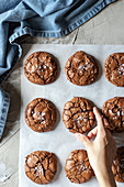 Chocolate Brownie Cookies auf Backpapier