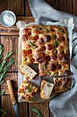 Kartoffel-Focaccia mit Tomaten, Oliven und Rosmarin