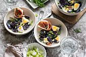 Kartoffelsalat mit blauen Kartoffeln, Prosciutto, Eiern und Lauch