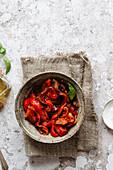Ofengeröstete Paprika im Keramikschälchen