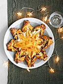 Spicy Christmas star with leek, bacon and cheese