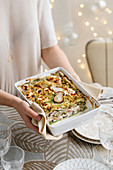 Lasagne verdi mit Schinken, Pilzen, Käse und Brotbröseln