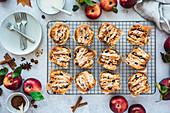 Apfel-Haselnuss-Pull-Apart-Muffins auf Auskühlgitter
