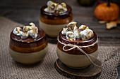 Kürbiskuchen garniert mit Ganache und Smores im Becher gebacken