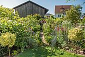 Offenes Gartentor zum Bauerngarten