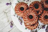 Mini-Gugelhupf mit Brombeeren und Lavendel