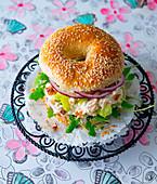 Bagel mit Hähnchensalat, roten Zwiebeln und Rucola