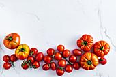 Verschiedene Heirloom-Tomaten auf weißem Untergrund