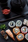Nigiri-Sushi und California Rolls