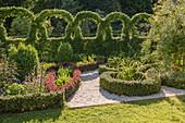 Knotengarten mit Kiesweg und kunstvoll geschnittener Hecke